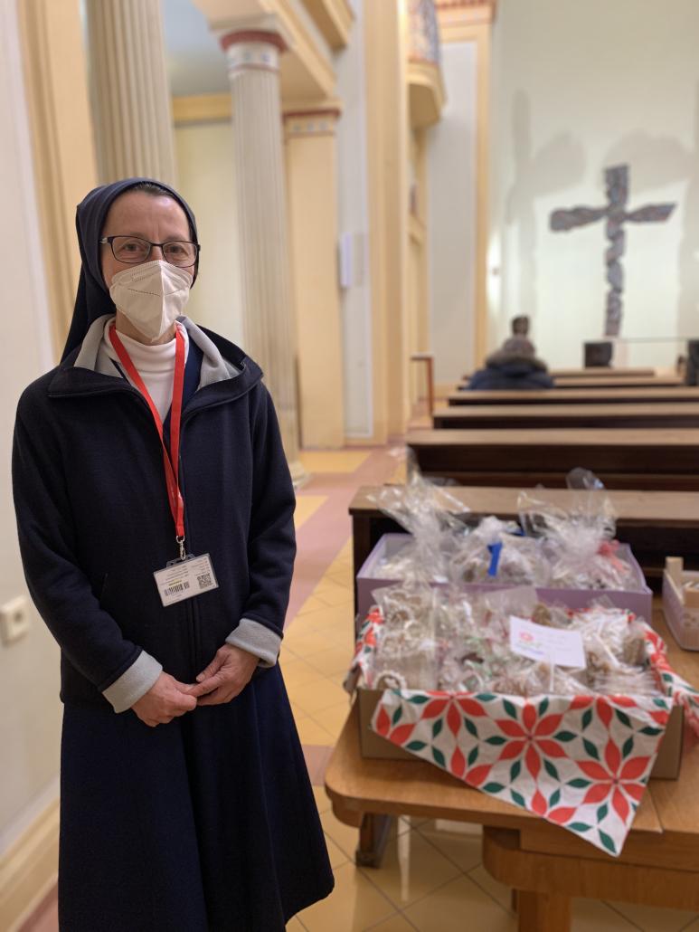 Brněnští katolíci napekli perníčky pro zdravotníky.