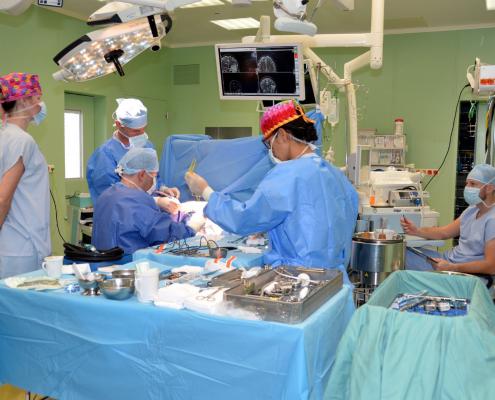Neurochirurgie se pozvolna vrací k běžným operacím